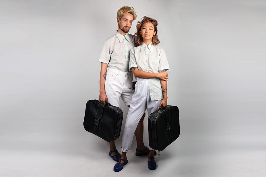 Foto clicada para a nossa loja virtual. Modelos vestem as camisas originais de 1980 e seguram malas vintage garimpadas no Bazar Paulista